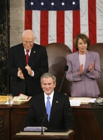 1月28日、ブッシュ米大統領(中央)は一般教書演説を行い、米経済は減速しているが、長期的なファンダメンタルズは健全だとの認識を示した(2008年 ロイター/Jim Young)
