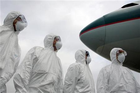 Members of Hong Kong's Health Department participate in a simulation exercise at the Hong Kong International Airport March 17, 2006. REUTERS/Alex Hofford/Pool