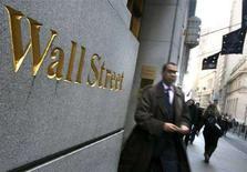 <p>Pedoni vicino all'entrata della Borsa di New York. REUTERS/Brendan McDermid (UNITED STATES)</p>