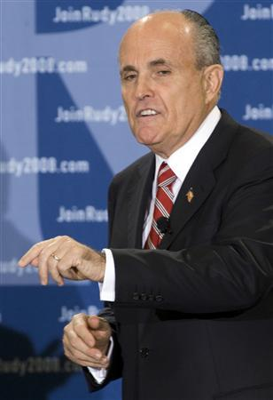 Republican presidential candidate and former New York City Mayor Rudy Giuliani addresses supporters during a campaign rally in Clearwater, Florida January 28, 2008. REUTERS/Steve Nesius