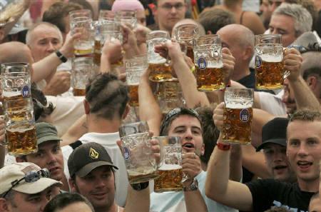 1月29日、2007年のドイツ国内のビール販売量が前年比2.7%減となったことが明らかに。写真は昨年10月、ミュンヘンで撮影(2008年 ロイター/Alexandra Beier)
