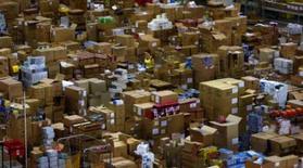 <p>Entrepôt d'Amazon.com à Milton Keynes en Grande-Bretagne. Le bénéfice net du spécialiste de la distribution en ligne Amazon.com s'est envolé au 4e trimestre. Une envolée imputable à un bond de 42% de son chiffre d'affaires et à la vigueur de l'activité du groupe durant les fêtes de fin d'année. /Photo prise le 30 novembre 2007/REUTERS/Kieran Doherty</p>