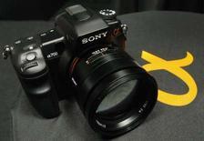 <p>Sony annonce une hausse de 5,8% de son bénéfice d'exploitation trimestriel, due notamment au succès de ses appareils photo numérique, mais il revoit à la baisse ses prévisions pour l'ensemble de l'exercice à fin mars. /Photo d'archives/REUTERS/Kim Kyung-Hoon</p>