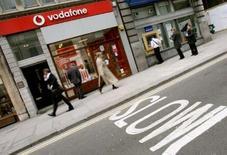 """<p>Vodafone Group s'attend à rester pendant """"de nombreuses années"""" un actionnaire minoritaire de l'opérateur mobile français SFR, contrôlé par Vivendi, a déclaré le directeur général du groupe britannique, Arun Sarin. /Photo d'archives/REUTERS/Alessia Pierdomenico</p>"""