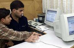 <p>Immagine d'archivio di due giovani indiani che navigano su Internet. REUTERS/Fayaz Kabli JSG</p>