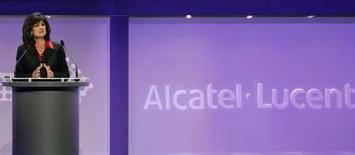 <p>Patricia Russo, directrice générale d'Alcatel-Lucent. L'équipementier télécoms annonce la mise en place en France d'un plan de départs volontaires qui pourrait conduire à 400 suppressions d'emplois supplémentaires environ. /Photo prise le 1er juin 2007/REUTERS/Benoît Tessier</p>