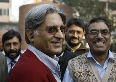 Pakistan's opposition lawyer Aitzaz Ahsan (L) is greeted by lawyers and civil rights activists after his temporary release from detention in Lahore December 20, 2007. REUTERS/Mohsin Raza