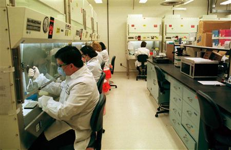 Scientists work in a laboratory in an undated file photo. Scientists are chafing at the U.S. government's unfulfilled pledge to boost funding for basic scientific research, the source of innovations ranging from the World Wide Web to high-tech cancer treatments. REUTERS/File