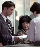 <p>Жена Слободана Милошевича Мирьяна Маркович с адвокатом, 19 июля 2001 года. Вдова и сын бывшего президента Сербии Слободана Милошевича, скончавшегося в 2006 году в Гааге, получили в России статус беженцев, сообщила в пятницу пресс-служба Федеральной миграционной службы РФ. REUTERS/Ivan Milutinovic/File</p>