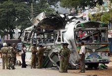 """<p>Ланкийские военные осматривают место взрыва пассажирского автобуса, в причастности к которому подозревают экстремистскую группировку """"Тигры освобождения Тамил Илама"""", в городе Дамбулла примерно в 150 км от Коломбо, 2 февраля 2008 года. По меньшей мере 18 человек погибли и 50 были ранены в результате взрыва автобуса, произошедшего в Дамбулле, в центре Шри-Ланки, сообщили представители вооруженных сил страны. (REUTERS/Buddhika Weerasinghe)</p>"""