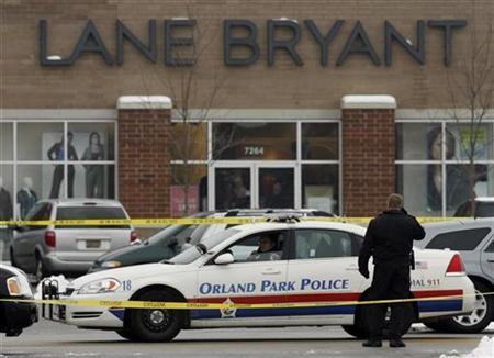 Police stand watch outside a Lane Bryant store where a shooting occurred in Tinley Park, Illinois February 2, 2008. REUTERS/John Gress