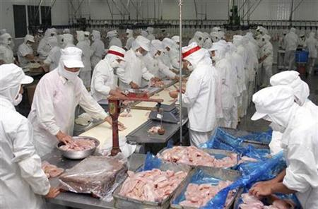 Labourers work at a frozen chicken workshop in Lianyungang, east China's Jiangsu province, August 21, 2007. The United States is hoping bolster the safety of food and other products imported from China by opening a new Food and Drug Administration office in the Asian nation. REUTERS/China Daily