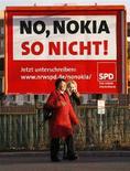 <p>Un cartellone a Berlino piazzato dal Social Democratic Party (SPD) per protestare contro la chiusura della fabbrica di Bochum. Il cartellone recita: 'No Nokia, non così!' REUTERS/Johannes Eisele (GERMANY)</p>