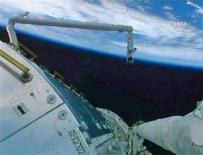 <p>Il modulo Columbus costuito dall'Agenzia spaziale europea e visto in un'immagine televisiva del circuito interno della Nasa. REUTERS</p>