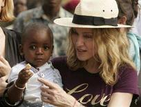 <p>Madonna col piccolo David Banda. REUTERS/Siphiwe Sibeko (MALAWI)</p>