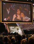 <p>Спутниковая трансляция из Лондона, где британская певица Эми Уайнхаус (в центре) и её мать Джэнис (справа) радуются получению наград Grammy, Лос-Анджелес, 10 февраля 2008 года. Британская певица Эми Уайнхаус получила пять музыкальных наград Grammy на юбилейной 50-й церемонии вручения музыкальной премии. (REUTERS/Mike Blake)</p>