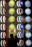 <p>Motorola et Nortel Networks discutent d'un rapprochement de leurs divisions d'infrastructures mobiles, selon le Wall Street Journal, qui cite des sources proches du dossier. /Photo d'archives/REUTERS/Andrew Wong</p>