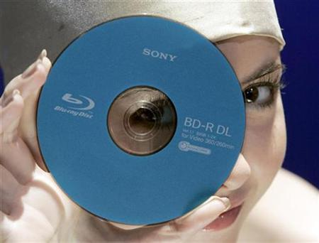 A model displays a Sony Corp's new 50 gigabyte (GB) Blue-ray disk during an unveiling in Tokyo September 12, 2007. Best Buy Co Inc, the largest U.S. consumer electronics chain, on Monday said that it will recommend that consumers choose Sony Corp's Blu-ray high-definition video format. REUTERS/Yuriko Nakao