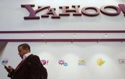 <p>Yahoo lancera au deuxième trimestre une application pour téléphones portables, baptisée oneConnect, qui permettra à l'utilisateur d'échanger avec les correspondants du carnet d'adresses de son combiné les données personnelles qu'il fait figurer sur sa page web de différents services en ligne. /Photo prise le 11 février 2008/REUTERS/Albert Gea</p>