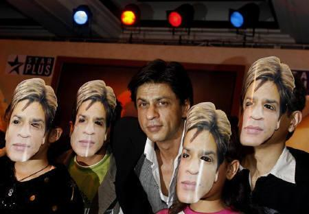 Bollywood actor Shah Rukh Khan poses with children during the launch of new quiz show ''Kya Aap Paanchvi Pass Se Tez Hain?'' (Are You Smarter Than A Fifth Grader?)  in New Delhi February 12, 2008. REUTERS/Adnan Abidi