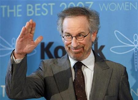 Steven Spielberg waves at the Women in Film 2007 Crystal and Lucy Awards in Beverly Hills, California June 14, 2007. REUTERS/Mario Anzuoni