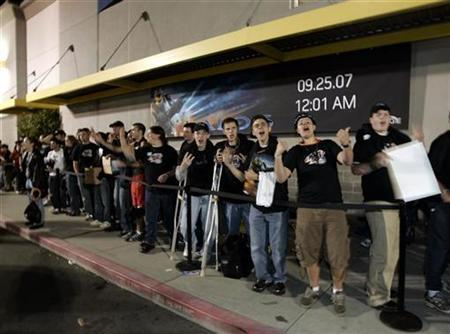 Customers wait in line to purchase Microsoft's Xbox video game Halo 3 at an electronics store in Bellevue Washington, September 25, 2007. REUTERS/Robert Sorbo