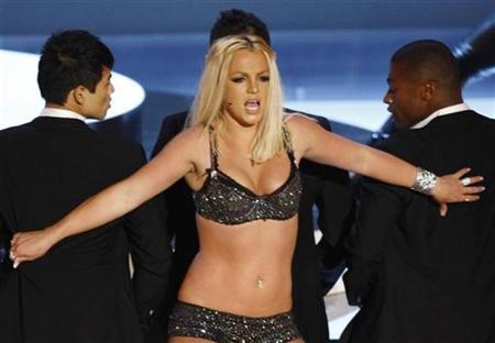 Britney Spears performs at the 2007 MTV Video Music Awards in Las Vegas in this September 9, 2007 file photo. Author Danielle Steel, who experienced the pain of seeing her mentally ill son commit suicide, is urging the parents of Spears to keep fighting for mental health treatment for their daughter. REUTERS/Robert Galbraith