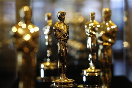 Oscar statuettes are displayed inside a glass case at the ''Meet the Oscars'' display in Hollywood, February 13, 2008. REUTERS/Mario Anzuoni (
