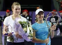 <p>L'italiana Karin Knapp (a sinistra) accanto alla vincitrice della finale del torneo di Anversa, la belga Justine Henin. REUTERS/Thierry Roge (BELGIUM)</p>