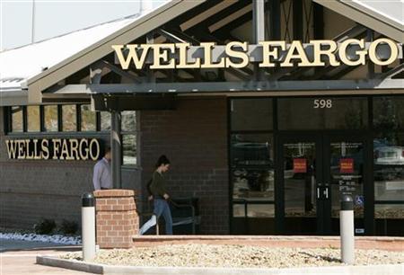 Customers walk into a Wells Fargo bank branch in suburban Denver, Colorado October 18, 2006. REUTERS/Rick Wilking