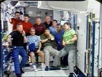 <p>Il comandante dell'Atlantis Steve Frick (a sinistra) parla durante la cerimonia di arricederci di ieri. REUTERS/NASA (UNITED STATES)</p>