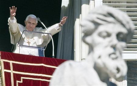 Pope Benedict XVI greets the crowd gathered below in St Peter's square during his weekly Angelus prayers in the Vatican February 17, 2008. REUTERS/Chris Helgren
