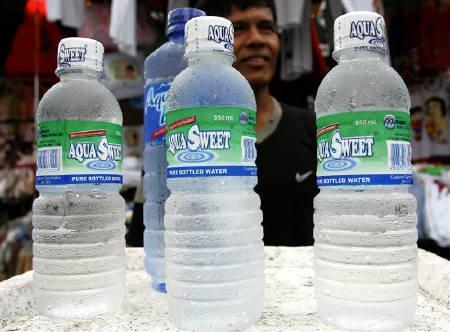 2月19日、ロンドン市長、ボトル入り飲料水のボイコットを呼び掛け。写真はフィリピンの店頭に並ぶボトル入り飲料水。2005年3月撮影(2008年 ロイター/Romeo Ranoco)