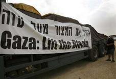 <p>Un camion che trasporta rifornimenti diretti alla striscia di Gaza fermo ad un valico tra Israele e la striscia. REUTERS/Gil Cohen Magen (ISRAEL)</p>