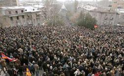 """<p>Митинг оппозиции в Ереване 20 февраля 2008 года. До 20.000 человек вышли в среду в центр Еревана, протестуя против победы кандидата от партии власти на """"жульнических"""" президентских выборах, которые Запад расценил как """"в целом демократические"""". (REUTERS/David Mdzinarishvili)</p>"""