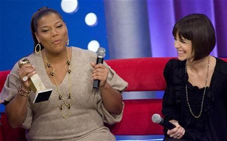 Actresses Queen Latifah (L) and Katie Holmes appear at a taping of the BET program ''106 and Park'' in New York January 16, 2008. Viacom's BET Networks will launch in the UK next week as the Black entertainment network expands its global reach. REUTERS/Jeff Zelevansky