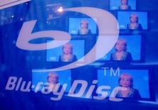 <p>Le spécialiste de la distribution en ligne Amazon.com va promouvoir le Blu-ray, développé par Sony qui vient de remporter la bataille du format des DVD en haute-définition après l'abandon du HD-DVD par Toshiba. /Photo d'archives/REUTERS/Rick Wilking</p>
