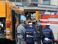 <p>La polizia sul luogo dello scontro tra un autobus e un tram, causato dal conducente di un Suv a Milano, il 14 febbraio scorso. REUTERS/Stringer</p>