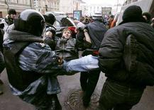 <p>Задержание участника оппозиционного протеста в Москве 24 ноября 2007 года. REUTERS/Mikhail Voskresensky</p>