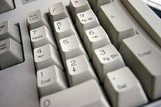 <p>Le gouvernement britannique menace les fournisseurs d'accès internet (FAI) d'intervenir par voie législative s'ils ne parviennent pas à se mettre d'accord avec les industriels du disque et du cinéma pour interdire les téléchargements illégaux. /Photo d'archives/REUTERS/Catherine Benson</p>