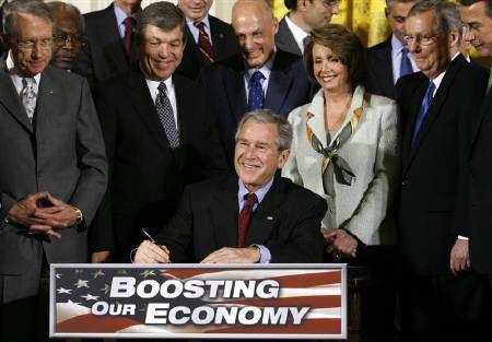2月25日、全米企業エコノミスト協会による調査では、米経済はリセッションを回避できるものの、上期の成長ペースが著しく鈍化するとの見方が大勢に。写真は13日、景気対策法案に署名するブッシュ大統領(2008年 ロイター/Kevin Lamarque)