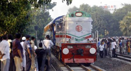 An Indian train enters Dhaka's cantonment rail station July 8, 2007. REUTERS/Rafiqur Rahman