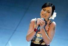 <p>Foto d'archivio. Dolores O'Riordan al Festival di Sanremo nel 2004. REUTERS/Alessia Pierdomenico</p>