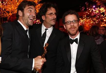 Oscar winners (from L-R) Javier Bardem, Joel and Ethan Coen for ''No Country for Old Men'' attend the 80th Annual Academy Awards Governors Ball after the Oscars ceremony in Hollywood, California February 24, 2008. REUTERS/Lucy Nicholson