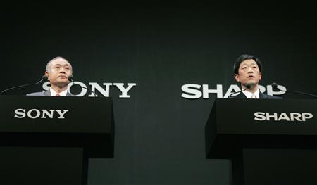 Sony Corporation President Ryoji Chubachi (L) and Sharp Corporation President Mikio Katayama attend a joint news conference in Tokyo February 26, 2008. REUTERS/Yuriko Nakao