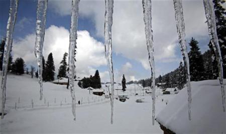 Icicles hang from the roof of a building in Gulmarg, 55km (34 miles) west of Srinagar January 30, 2008. Six people have been killed in three days by icicles falling from buildings in a central Russian region, ITAR-TASS news agency reported Tuesday. REUTERS/Fayaz Kabli