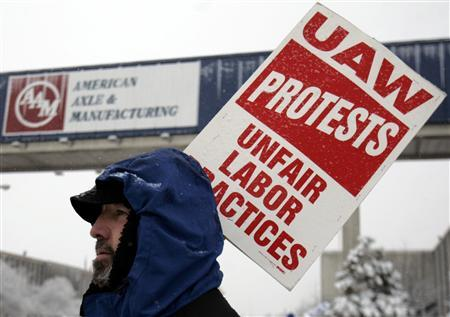 United Auto Worker union member Douglas Elliot pickets outside the American Axle Manufacturing plant as members reject demands for steep wage cuts from the auto parts supplier in Hamtramck, Michigan February 26, 2008. REUTERS/Rebecca Cook