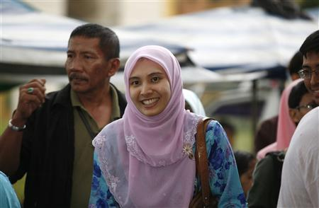 Malaysia's opposition National Justice Party candidate Nurul Izzah Anwar smiles as she campaigns for the upcoming elections in Kuala Lumpur February 27, 2008. Malaysia will go to the polls on March 8. REUTERS/Bazuki Muhammad