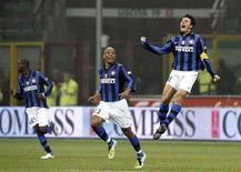 <p>Il capitano dell'Inter Javier Zanetti (destra) celebra la rete del pareggio con la Roma. REUTERS/Giampiero Sposito (ITALY)</p>