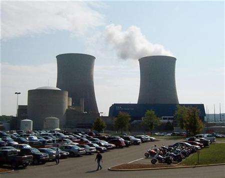 Steam rises from a cooling tower on September 7, 2007 at the Tennessee Valley Authority's Watts Bar Nuclear Plant in Spring City, Tennessee, 50 miles south of Knoxville. The roughly 100 nuclear power plants in the United States are approaching the end of their useful life, and manufacturing executives say the nation cannot rule out building new ones if it wants to keep up with electricity demand. REUTERS/Chris Baltimore